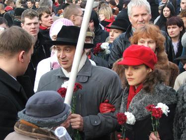 16 марта. Лидер латвийского национального фронта Айвар Гарда с девушками (позже задержан полицией)